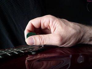Guitare : Mediator prise ouverte