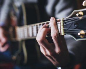Comment accorder une guitare sans accordeur ?