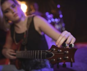 Apprendre à tenir un médiator pour jouer de la guitare – Débutant